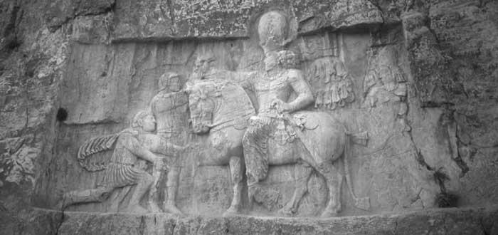 Naqsh-e Rostam: Relieff som viser den seirende kong Shapur 1